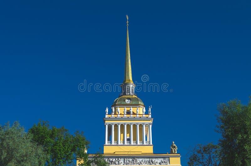 Ο χρυσός κώνος της νεοκλασσικής άποψης οικοδόμησης ναυαρχείου στη Αγία Πετρούπολη, Ρωσία στοκ εικόνα
