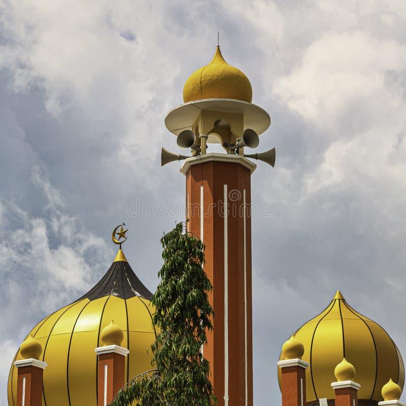 Ο χρυσός μιναρές μουσουλμανικών τεμενών με τη θύελλα καλύπτει από πάνω στοκ φωτογραφίες με δικαίωμα ελεύθερης χρήσης
