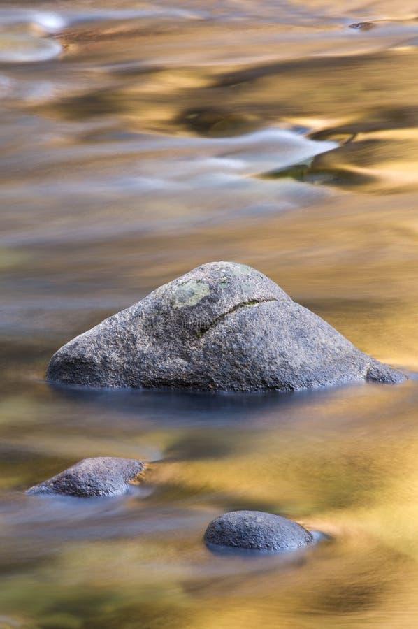 ο χρυσός ο ποταμός αντανακλάσεων στοκ εικόνες