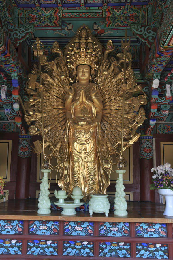 Ο χρυσός πολυ οπλισμένος Βούδας στοκ εικόνες