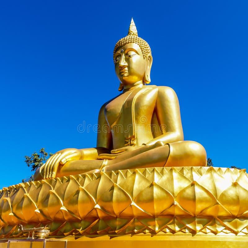 Ο χρυσός ταϊλανδικός Βούδας στο ύφος του meditatin παράδοσης Theravada στοκ φωτογραφία