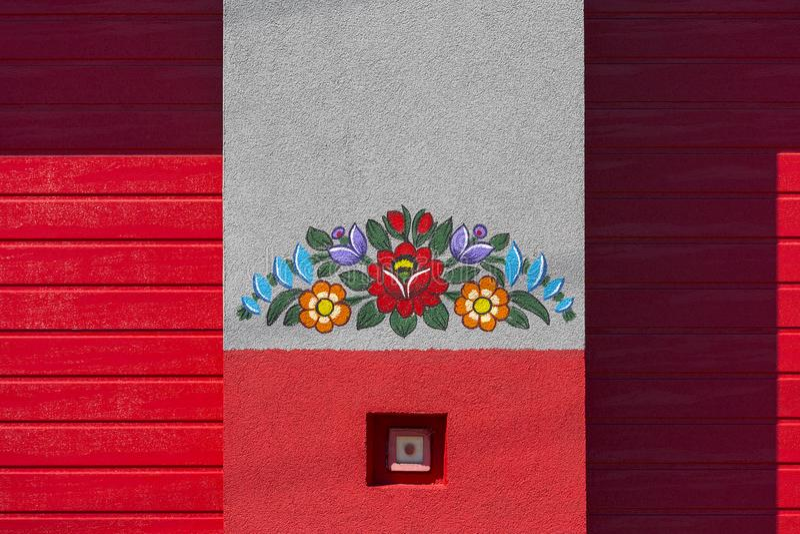 Ο χρωματισμένος τοίχος του κτηρίου πυροσβεστικών που διακοσμήθηκε με ένα χέρι χρωμάτισε τα ζωηρόχρωμα floral κίνητρα, λαϊκή τέχνη στοκ φωτογραφία με δικαίωμα ελεύθερης χρήσης