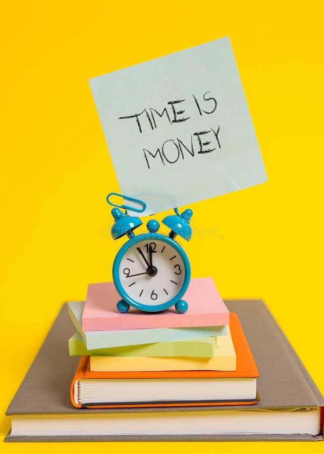 Ο χρόνος γραψίματος κειμένων γραφής είναι χρήματα Η έννοια που σημαίνει το χρόνο είναι πολύτιμος resource Do things το γρηγορότερ στοκ φωτογραφίες με δικαίωμα ελεύθερης χρήσης