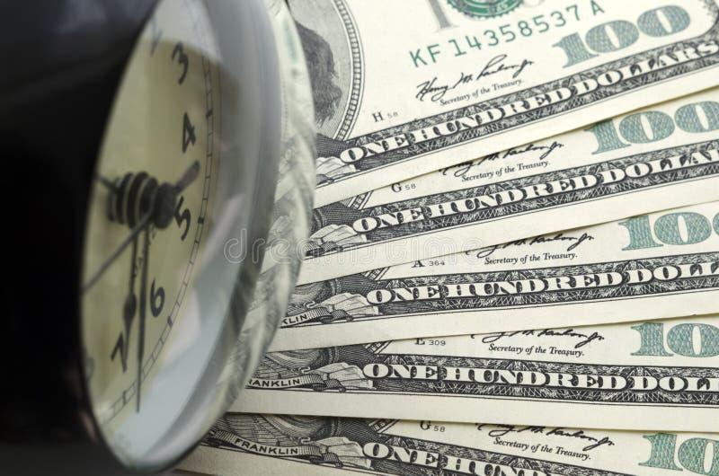 Ο χρόνος είναι χρήματα Ξυπνητήρι και δολάρια στοκ εικόνα με δικαίωμα ελεύθερης χρήσης