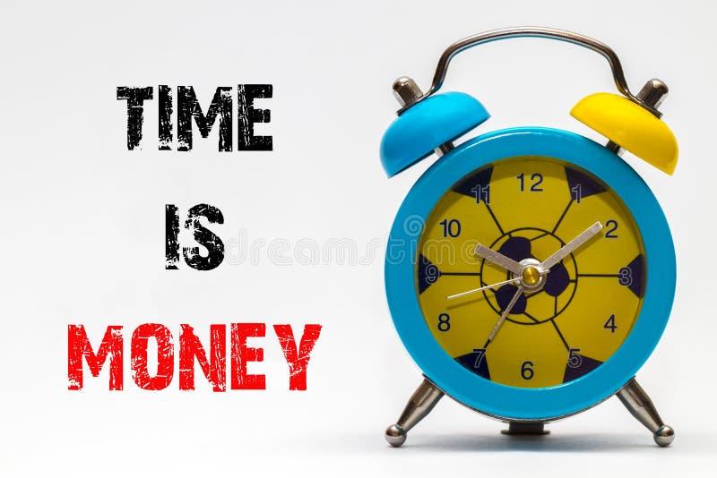 Ο χρόνος είναι χρήματα σε ένα άσπρο υπόβαθρο ρολόι συναγερμών αναδρομικό στοκ φωτογραφία με δικαίωμα ελεύθερης χρήσης