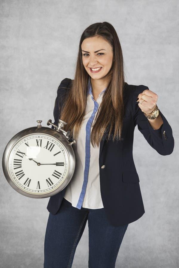 Ο χρόνος είναι δύναμη, επιχειρησιακή γυναίκα και η χειρονομία επιτυχίας της στοκ φωτογραφίες