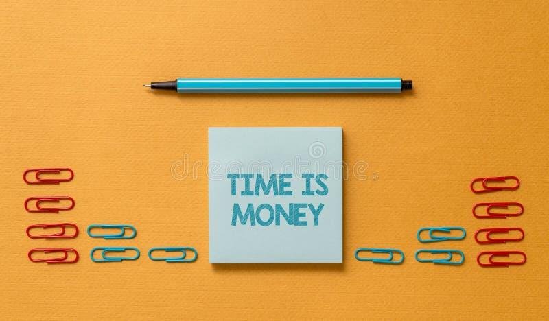 Ο χρόνος κειμένων γραφής είναι χρήματα Η έννοια που σημαίνει το χρόνο είναι πολύτιμος resource Do things χρωμάτισε το γρηγορότερο στοκ φωτογραφία