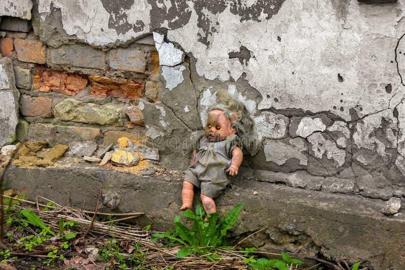 Ο χρόνος σταμάτησε για ένα παιχνίδι των παιδιών στο ναυπηγείο του παλαιού σπιτιού στοκ εικόνα με δικαίωμα ελεύθερης χρήσης