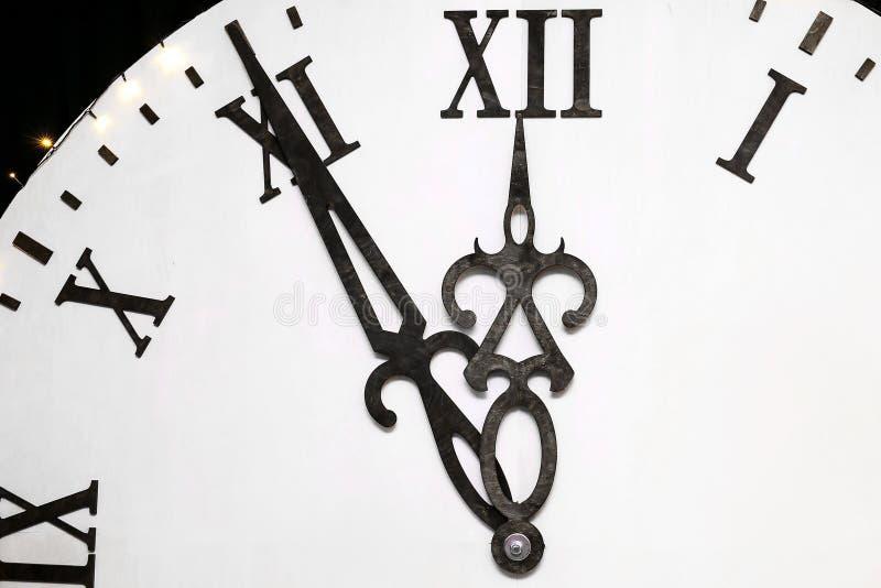 Ο χρόνος στο ρολόι πλησιάζει το νέο έτος Λιγότερο από πέντε λεπτά πριν από το νέο έτος στοκ φωτογραφία με δικαίωμα ελεύθερης χρήσης