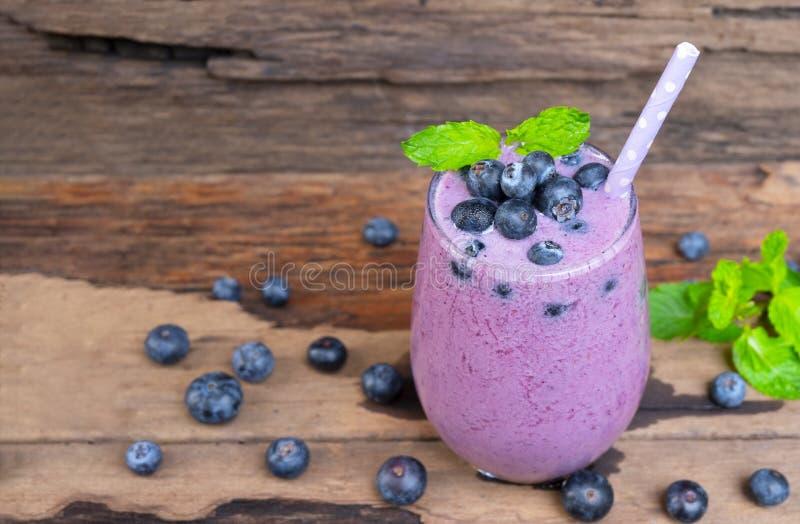 Ο χυμός καταφερτζήδων βακκινίων και το μαύρο ποτό φρούτων βακκινίων εύγευστο ένα πρωί γυαλιού πίνουν από ένα άσπρο υπόβαθρο στοκ εικόνες