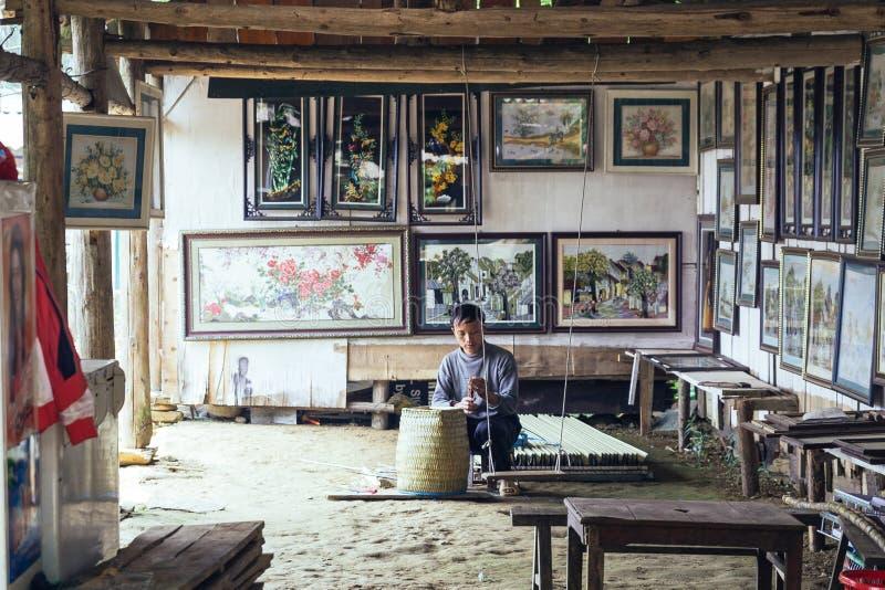 Ο χωρικός ατόμων κάθεται και υφαίνοντας καλάθι εσωτερικό με τα πλαίσια εικόνων στο υπόβαθρο στο χωριό γατών γατών σε Sa PA, Βιετν στοκ εικόνα με δικαίωμα ελεύθερης χρήσης