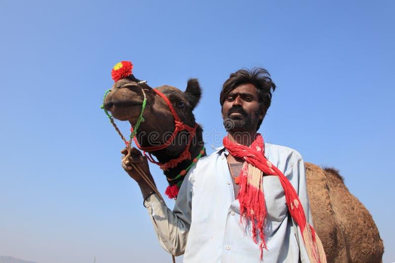Ο χωρικός με την καμήλα του συμμετέχει στην έκθεση Pushkar στοκ φωτογραφίες