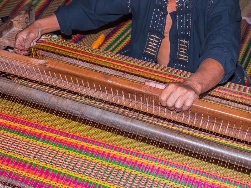 ο χωρικός παράγει το τοπικό χαλί στοκ εικόνα