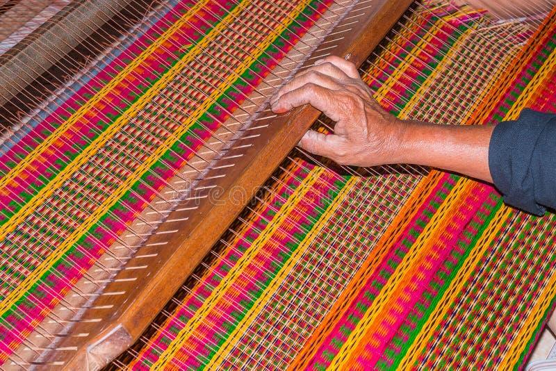 ο χωρικός παράγει το τοπικό χαλί στοκ φωτογραφία με δικαίωμα ελεύθερης χρήσης