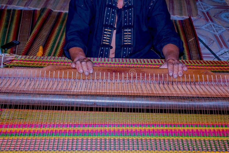 ο χωρικός παράγει το τοπικό χαλί στοκ φωτογραφίες