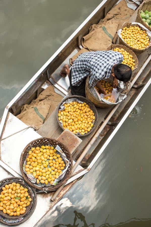 Ο χωρικός πωλεί τα φρούτα στη βάρκα του στοκ εικόνα με δικαίωμα ελεύθερης χρήσης