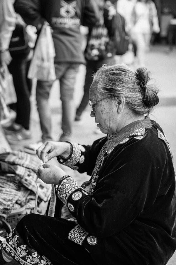 Ο χωρικός πλέκει κάτι στοκ εικόνα με δικαίωμα ελεύθερης χρήσης