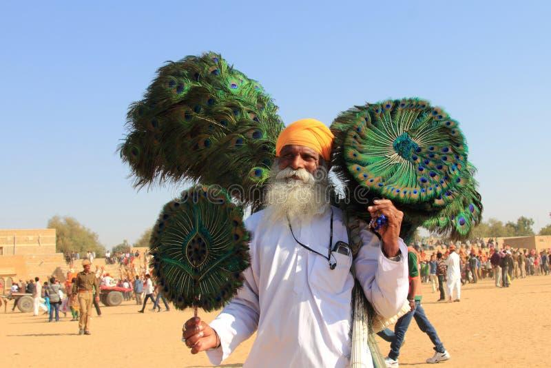 Ο χωρικός Rajasthani πωλεί peacock τα φτερά στοκ εικόνες