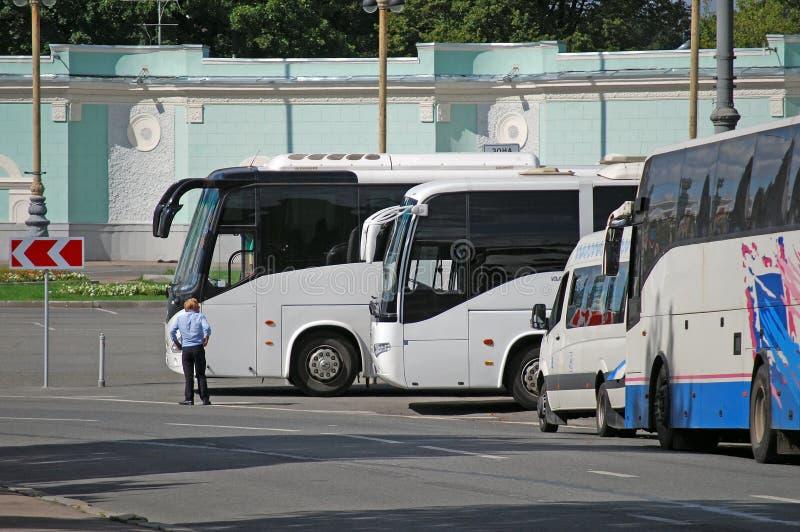 Ο χώρος στάθμευσης των λεωφορείων τουριστών στο κέντρο έκθεσης όλος-Ρωσία Μόσχα στοκ φωτογραφία με δικαίωμα ελεύθερης χρήσης