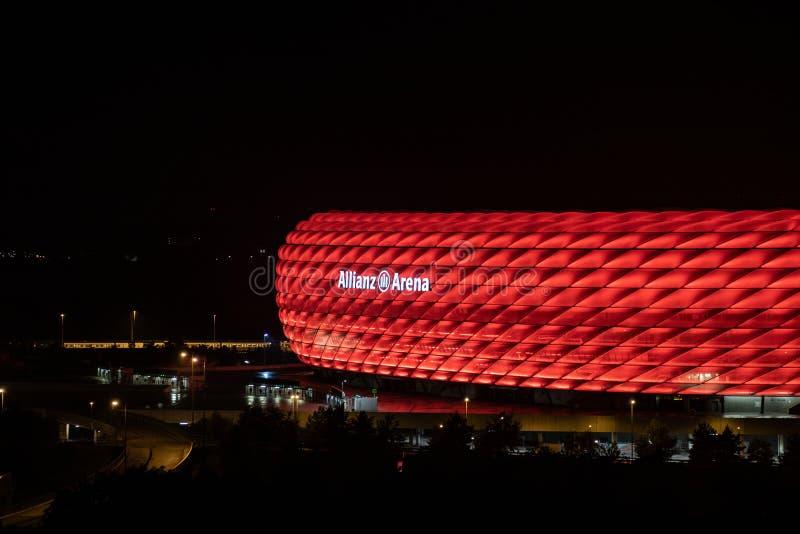 Ο χώρος Allianz σταδίων ποδοσφαίρου - στον αγγλικό χώρο συμμαχίας στο Μόναχο της ομάδας FC Μπάγερν Μόναχο τη νύχτα στα κόκκινα χρ στοκ φωτογραφία με δικαίωμα ελεύθερης χρήσης