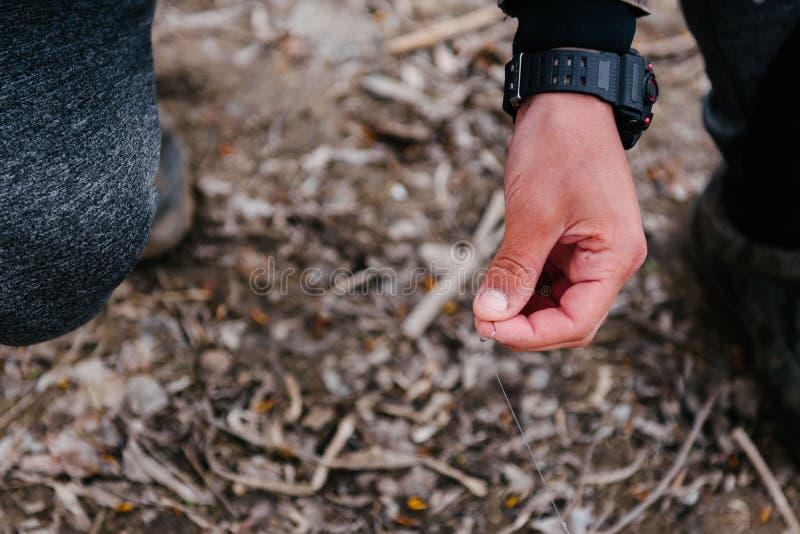Ο ψαράς βάζει ένα σκουλήκι στο γάντζο στοκ εικόνες