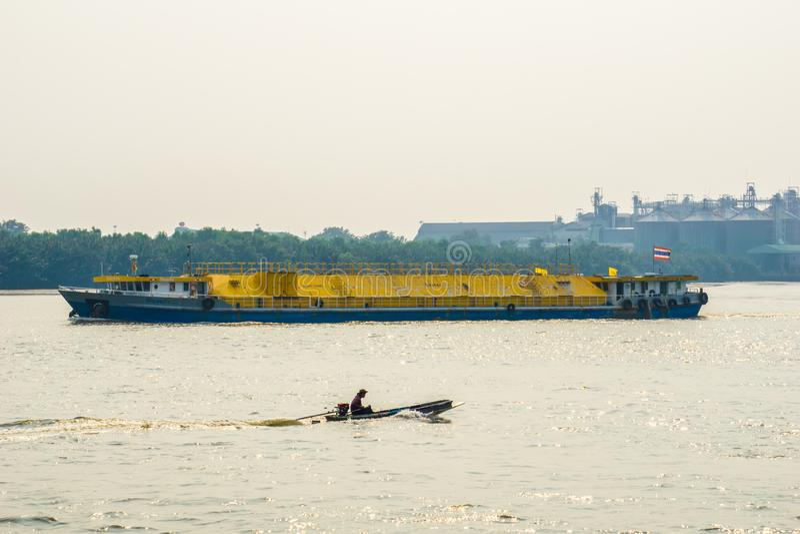 Ο ψαράς πλέει το μακροχρόνιο πέρασμα βαρκών ουρών μέσω του σκάφους εμπορευματοκιβωτίων τσιμέντου στοκ φωτογραφίες με δικαίωμα ελεύθερης χρήσης