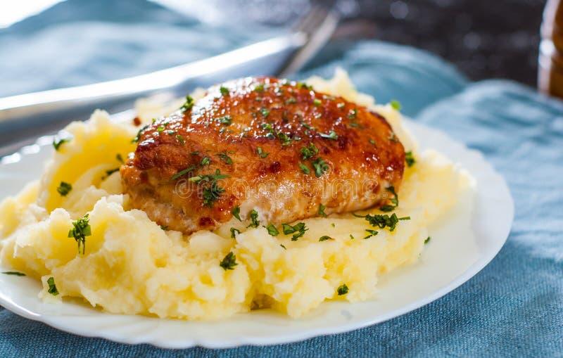Ο ψημένος ρόλος στηθών κοτόπουλου γέμισε με το κρέας κοτόπουλου και χοιρινού κρέατος με τις πολτοποιηίδες πατάτες στοκ εικόνες