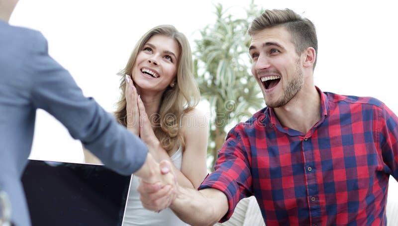 Ο ψυχολόγος γυναικών καλωσορίζει τον πελάτη πρίν αρχίζει τη σύνοδο στοκ εικόνες