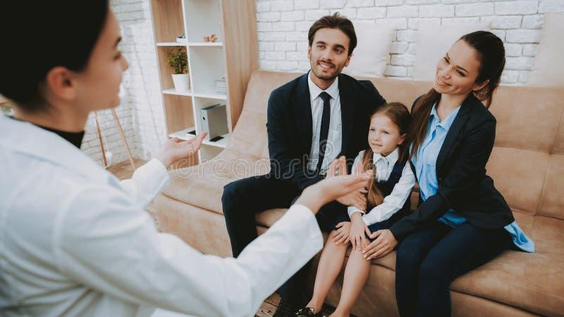 Ο ψυχολόγος μιλά με τη χαμογελώντας οικογένεια στον καναπέ στοκ φωτογραφίες