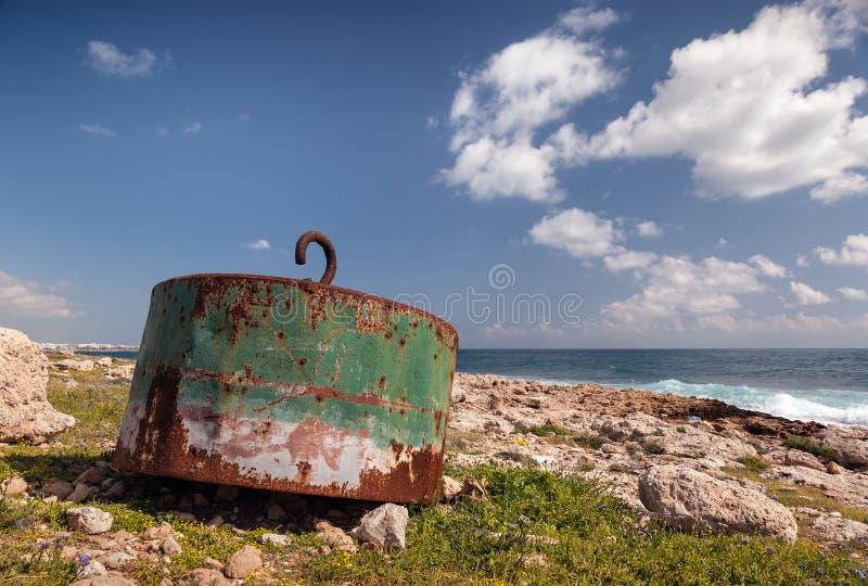 Ο ωκεάνιος σημαντήρας έπλυνε στην ξηρά στη Κύπρο στοκ εικόνα