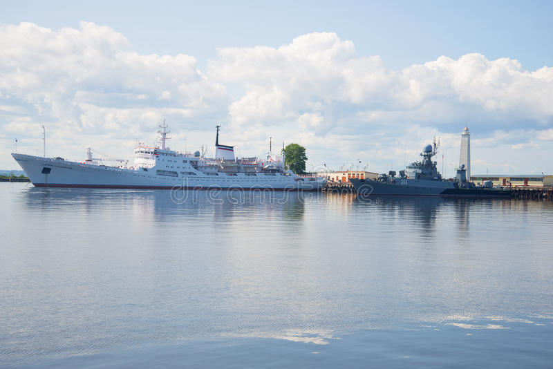 Ο ωκεανογραφικός ναύαρχος Vladimirskiy ` ερευνητικών σκαφών ` και ανθυποβρυχιακός δρόμωνας ` Urengoy ` στο λιμάνι Petrovsky στο c στοκ εικόνα
