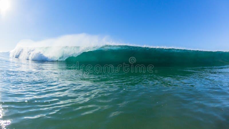 Ο ωκεανός κυμάτων που κολυμπά αντιμετωπίζει την υδραυλική ισχύ στοκ φωτογραφίες με δικαίωμα ελεύθερης χρήσης