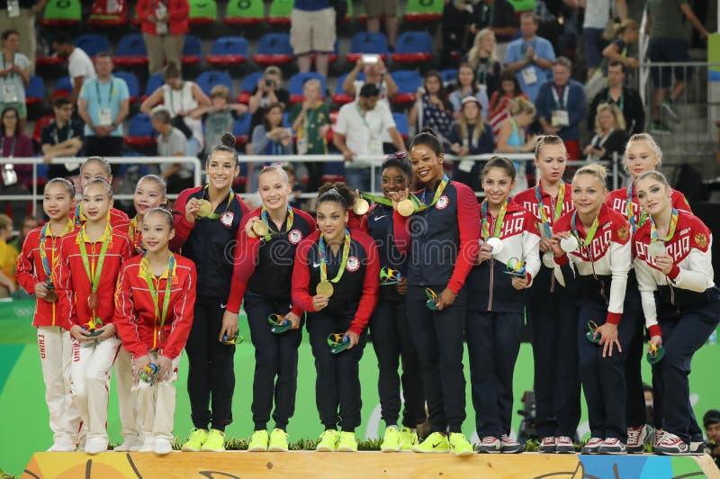 Ολόγυροι νικητές γυμναστικής ομάδων γυναικών στο Ρίο 2016 ομάδα Ολυμπιακών Αγωνών Κίνα (λ), ομάδα ΗΠΑ και ομάδα Ρωσία στοκ φωτογραφία με δικαίωμα ελεύθερης χρήσης