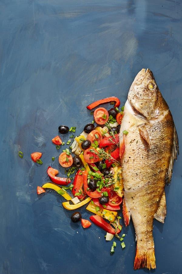 Ολόκληρα τα ψημένα στη σχάρα ψάρια με το λαχανικό διακοσμούν στοκ φωτογραφία με δικαίωμα ελεύθερης χρήσης