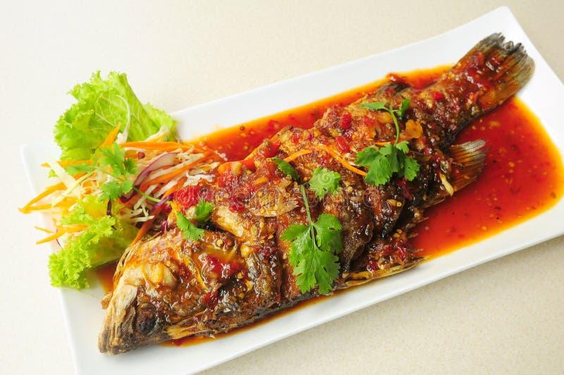 Ολόκληρα τηγανισμένα ψάρια που ολοκληρώνονται με τη γλυκιά σάλτσα τσίλι στοκ εικόνα με δικαίωμα ελεύθερης χρήσης