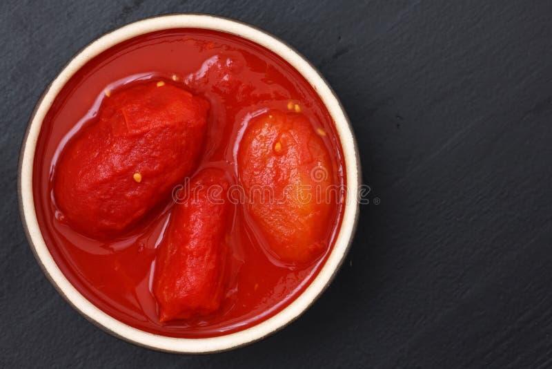 Ολόκληρες κονσερβοποιημένες ντομάτες στο πιάτο άνωθεν στοκ φωτογραφίες με δικαίωμα ελεύθερης χρήσης