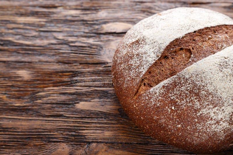 Ολόκληρη φρέσκια φραντζόλα του στρογγυλού ψωμιού σίκαλης με μια τριζάτη κορυφή κρουστών vie στοκ φωτογραφία με δικαίωμα ελεύθερης χρήσης