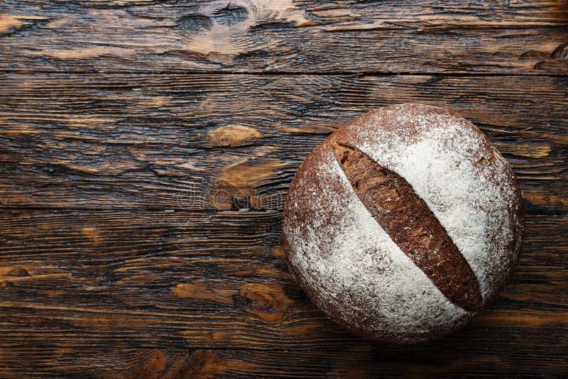 Ολόκληρη φρέσκια φραντζόλα του στρογγυλού ψωμιού σίκαλης με μια τριζάτη κρούστα στοκ φωτογραφία