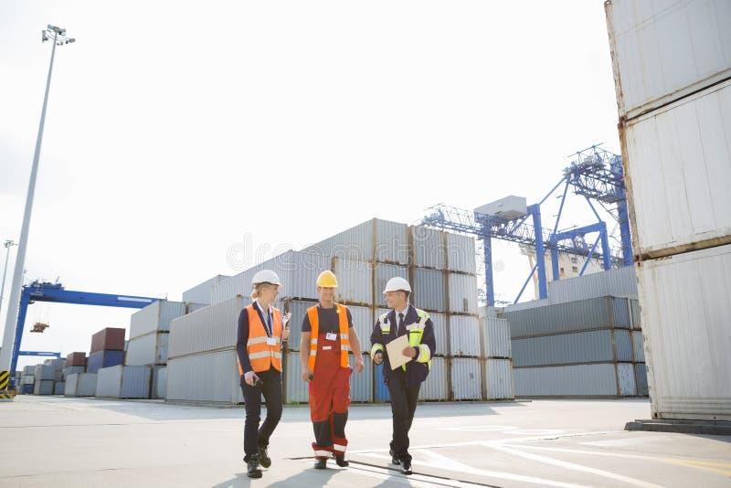 Ολόκληρος των εργαζομένων που περπατούν στη ναυτιλία του ναυπηγείου στοκ εικόνα