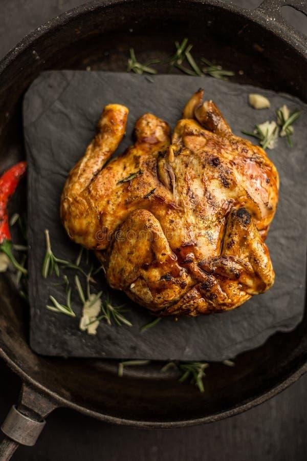 Ολόκληρο ακατέργαστο κοτόπουλο καλαμποκιού στο σκοτεινό τηγάνι Εστιατόριο Τοπ όψη στοκ εικόνες