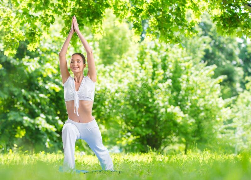 Ολόκληρο πορτρέτο της θηλυκής άσκησης αθλητών στο πάρκο στοκ εικόνα με δικαίωμα ελεύθερης χρήσης