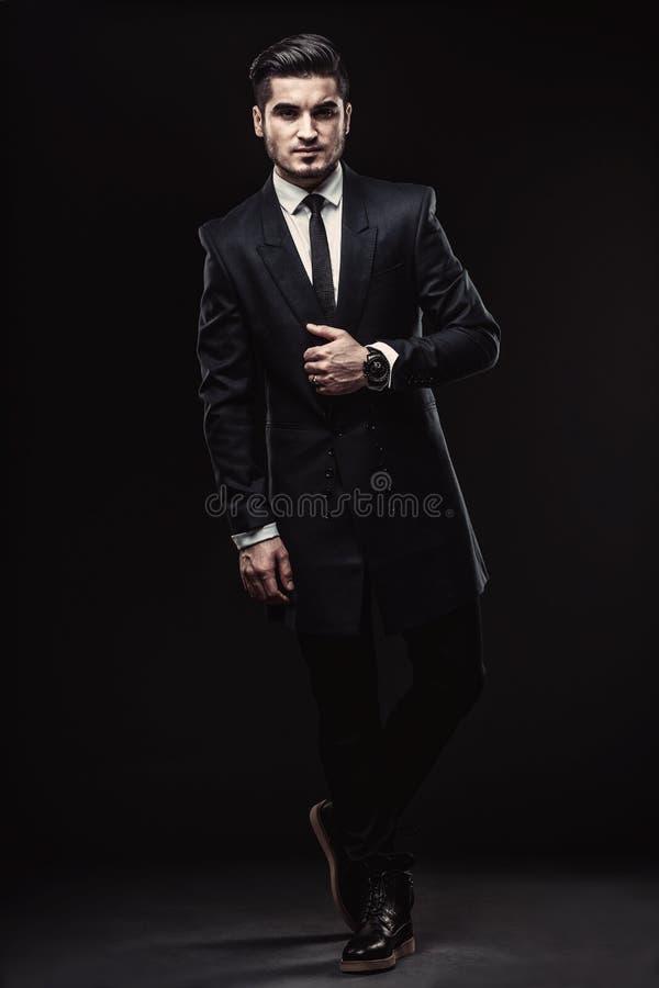 Ολόκληρο πορτρέτο του όμορφου μοντέρνου ατόμου στοκ εικόνα με δικαίωμα ελεύθερης χρήσης
