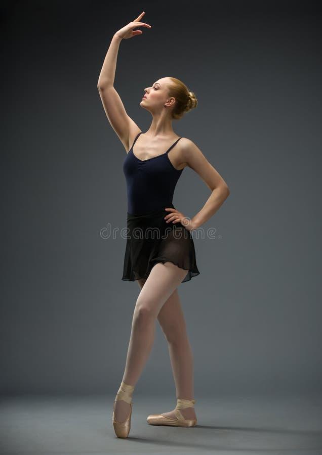 Ολόκληρο πορτρέτο του ballerina χορού με το χέρι επάνω στοκ εικόνες