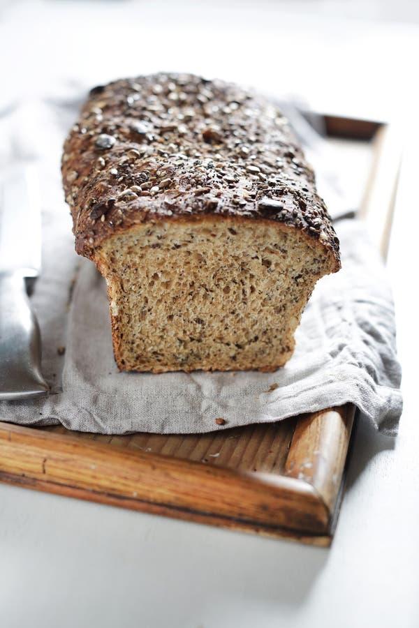 Ολόκληρο σιτάρι και πολυ φραντζόλα ψωμιού σπόρου, χειρωνακτική μαγιά στοκ φωτογραφία
