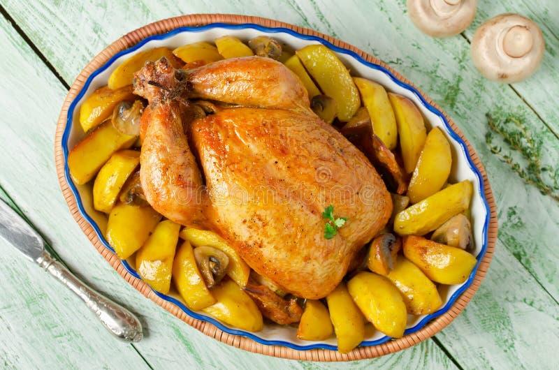 Ολόκληρο ψημένο κοτόπουλο με τις πατάτες και τα μανιτάρια στοκ εικόνες