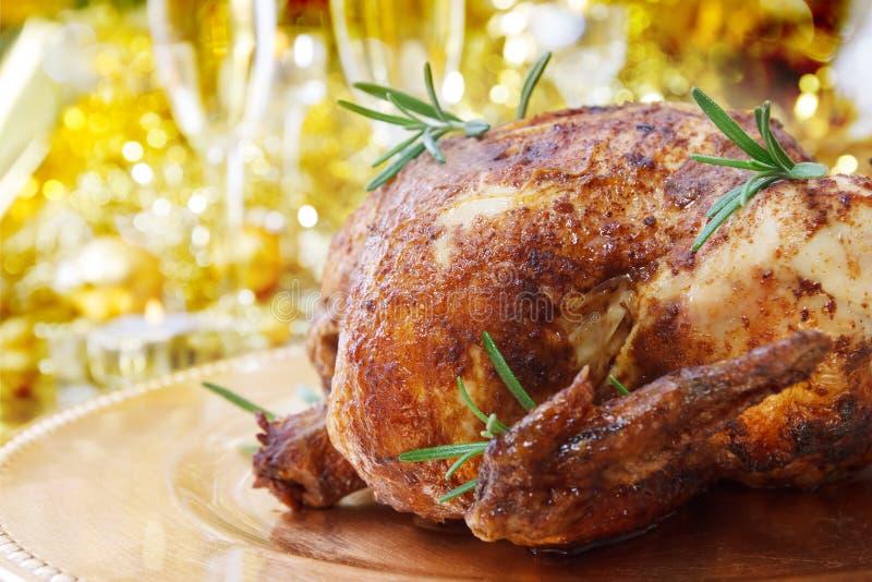 Ολόκληρο ψημένο κοτόπουλο στον πίνακα γευμάτων στοκ εικόνα
