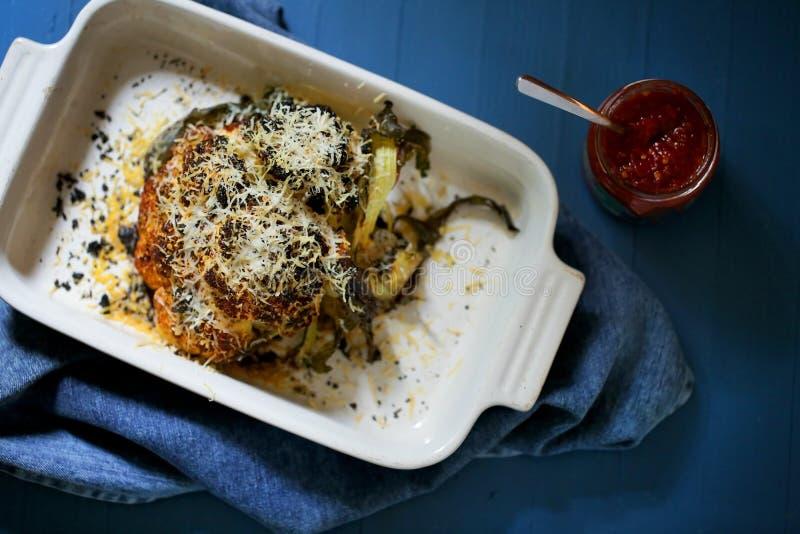 Ολόκληρο ψημένο couliflower gratin παρμεζάνας με τη σάλτσα τσίλι sirarcha στοκ φωτογραφία