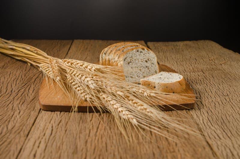 ολόκληρο ψωμί σίτου με το μαύρο σιτάρι σουσαμιού και κριθαριού στοκ φωτογραφία με δικαίωμα ελεύθερης χρήσης
