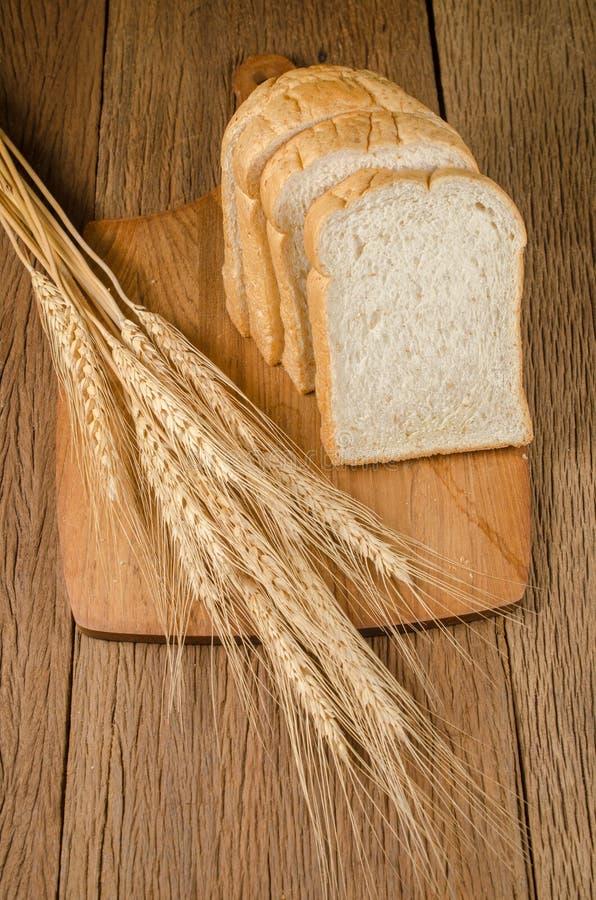 ολόκληρο ψωμί σίτου με το σιτάρι κριθαριού στοκ φωτογραφίες