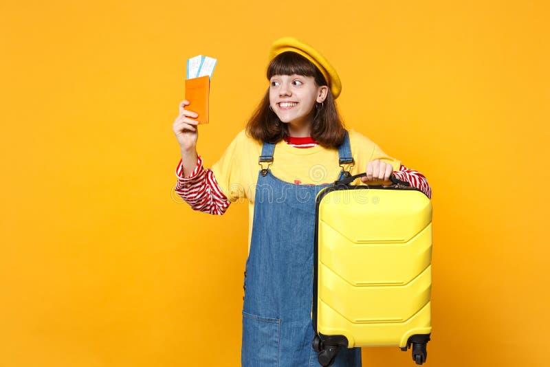 Ο όμορφος έφηβος κοριτσιών γαλλικό beret που κοιτάζει κατά μέρος, που κρατά τη βαλίτσα, εισιτήριο περασμάτων τροφής διαβατηρίων α στοκ εικόνες